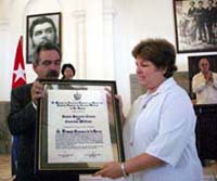Entregan diploma Honoris Causa en Ciencias Médicas al Doctor Ernesto Guevara de la Serna
