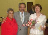 Dra. Annette Gupton (derecha)