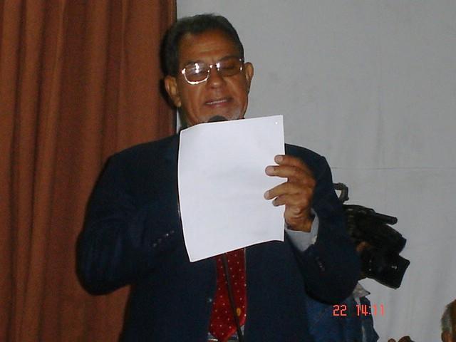 El Dr. Limonta da lectura al acta de otorgamiento del Premio