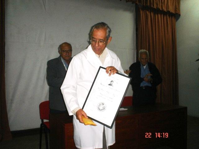 El Prof. Porfirio Hernández muestra orgulloso el Certificado del Premio a la concurrencia