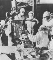 Figura 2. Salón de operaciones durante la práctica de una cirugía estereotáctica con el sistema de Spiegel y Wycis.