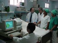 El doctor Calixto Machado (de pie, el primero a la izquierda) participa en la evaluación neurofisiológica de un paciente en la unidad de cuidados neurocríticos del Instituto de Neurología y Neurocirugía